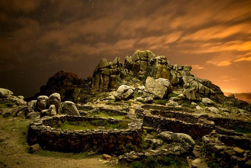 Castro de Baroña. Fotografía nocturna con el castro iluminado. 20 lugares que ver en Galicia imprescindibles. Perder el Rumbo