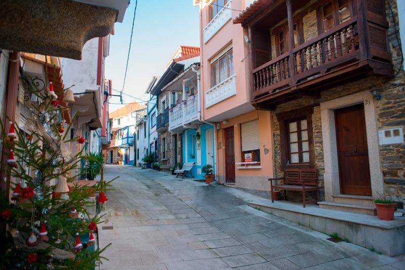 Calles e Redes con los típidos balcones de madera. 20 lugares que ver en Galicia imprescindibles. Perder el Rumbo