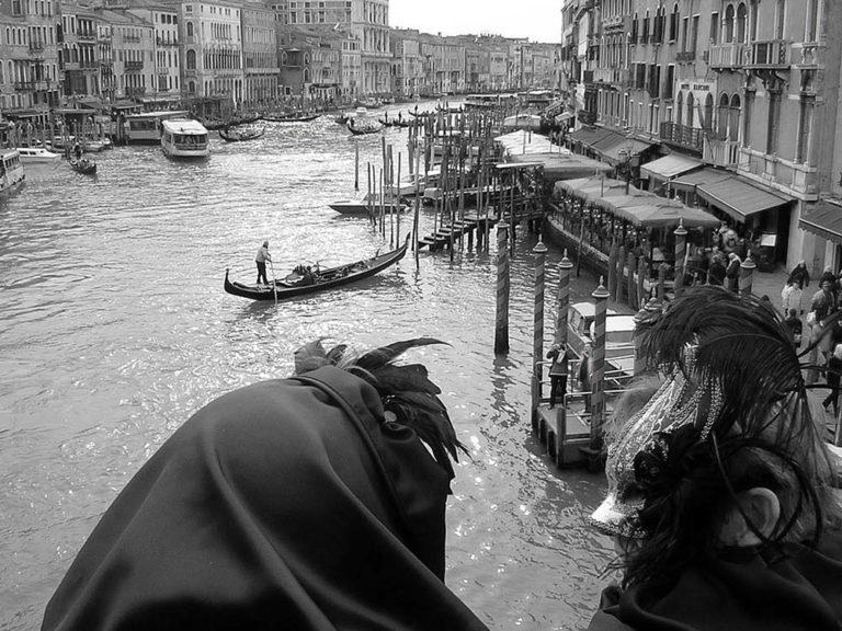 Dos máscaras contemplan el canal de Venecia. Carnaval de Venecia. Perder el Rumbo