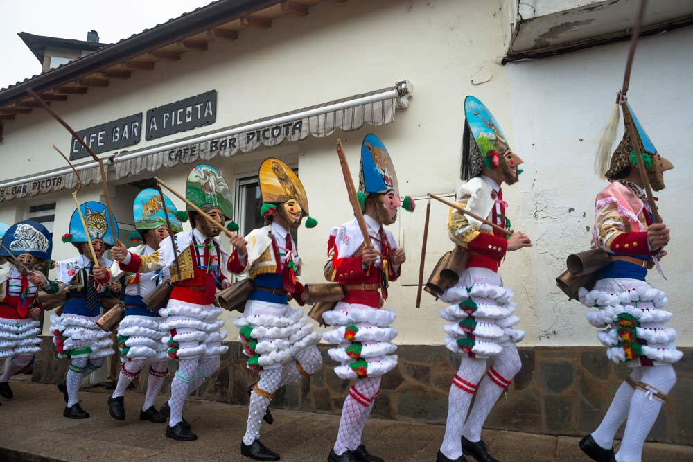 Grupo de peliqueiros en Laza pasando por el bar A Picota. Entroido en Galicia. Perder el Rumbo