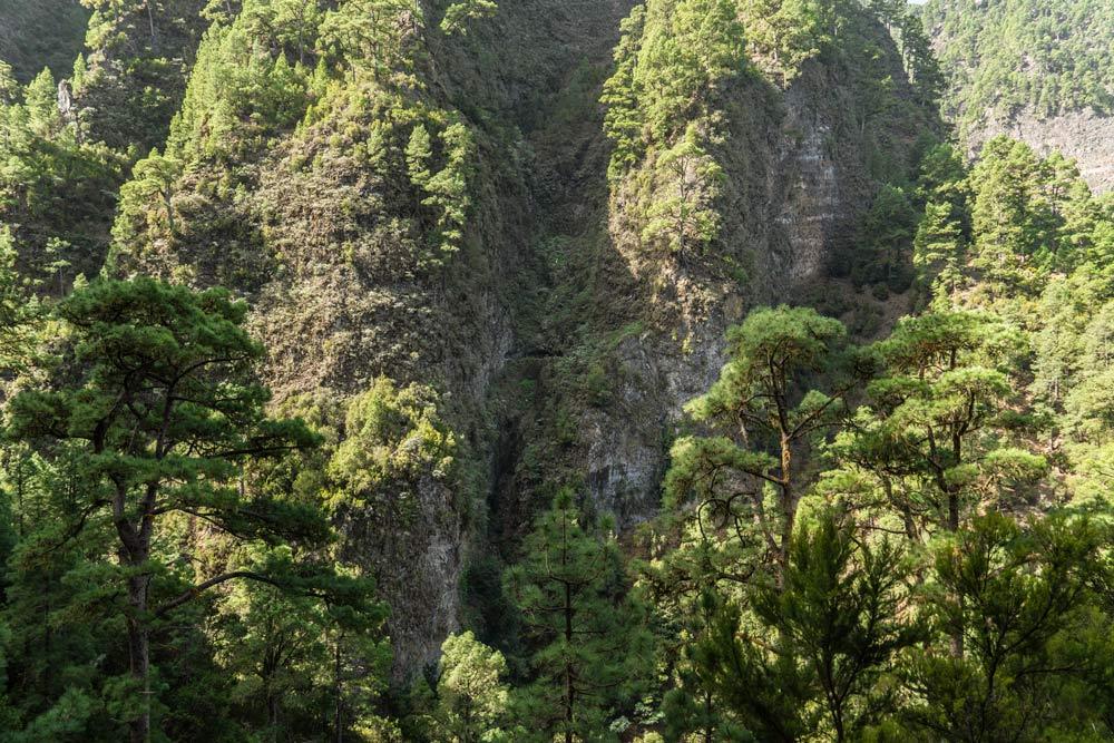 Vista lejana de los túneles pasando por medio de un montaña desde el otro punto del valle.
