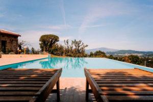 Piscina infinity en una casa rural. Se ve la piscina y el cielo azul. 10 casas rurales en Pontevedra con mucho encanto