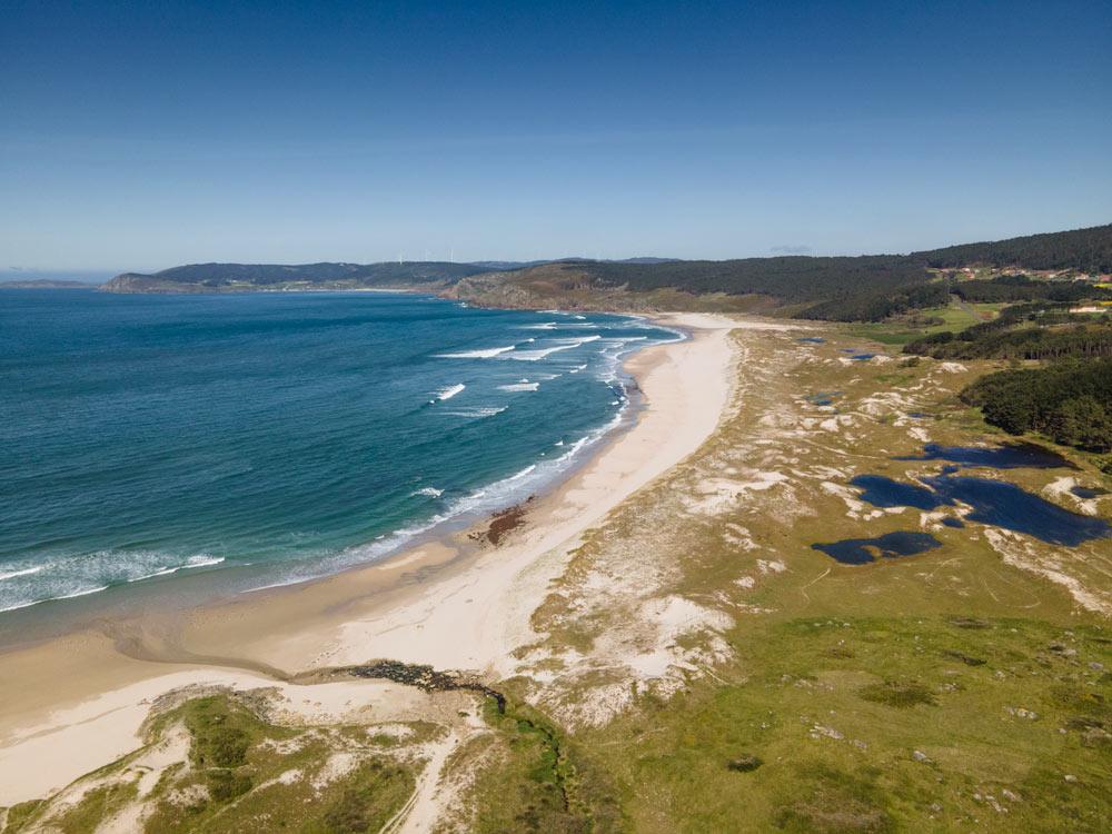Playa do Rostro, una playa enorme con varias lagunas y dunas en un día soleado. 15 playas de A Costa da Morte. Perder el Rumbo