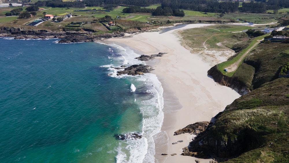 Playa de arena blanca rodeada de vegetación. 15 playas de A Costa da Morte. Belleza salvaje de Galicia. Perder el Rumbo