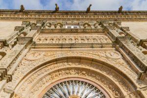 Fachada del Hostal de los Reyes Católicos en Santiago de Compostela, en perspectiva, desde abajo. Free tours en Galicia. 14 Visitas guiadas gratuitas