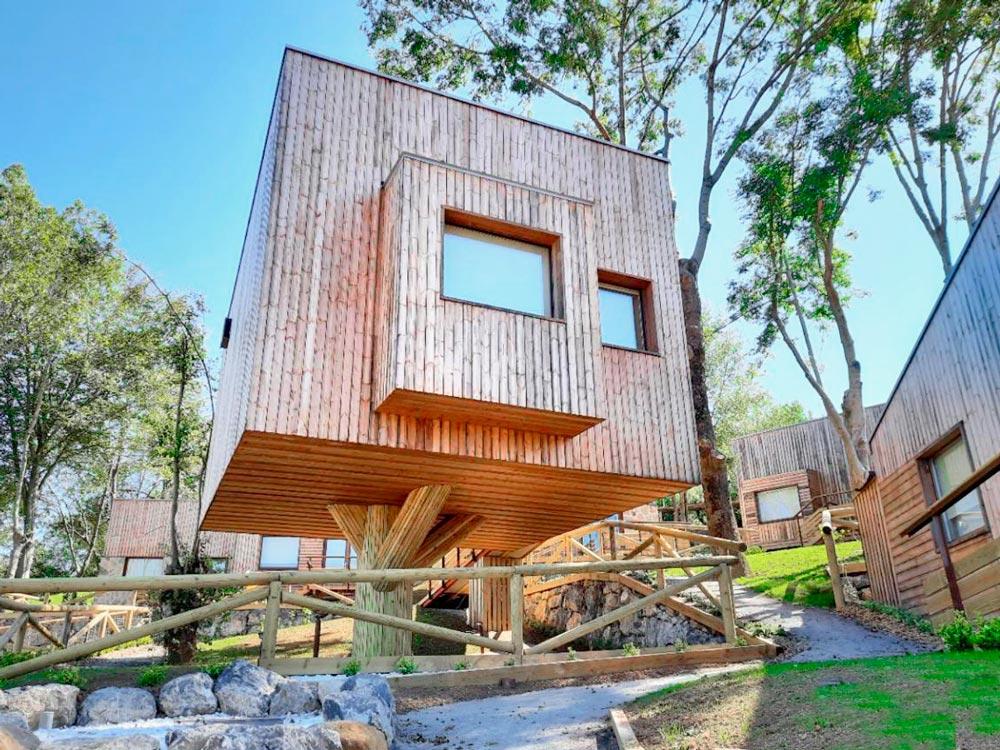 Hotel que tienes cabañas con forma de cubo de madera elevadas por dos pilares. 12 Alojamientos originales en Asturias