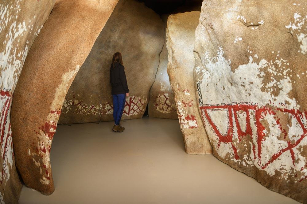 Recreación del interior del dolmen de Dombate donde se ven las pinturas que se conservan en negro, rojo y blanco. Dolmen de Dombate . La catedral del Neolítico en Galicia