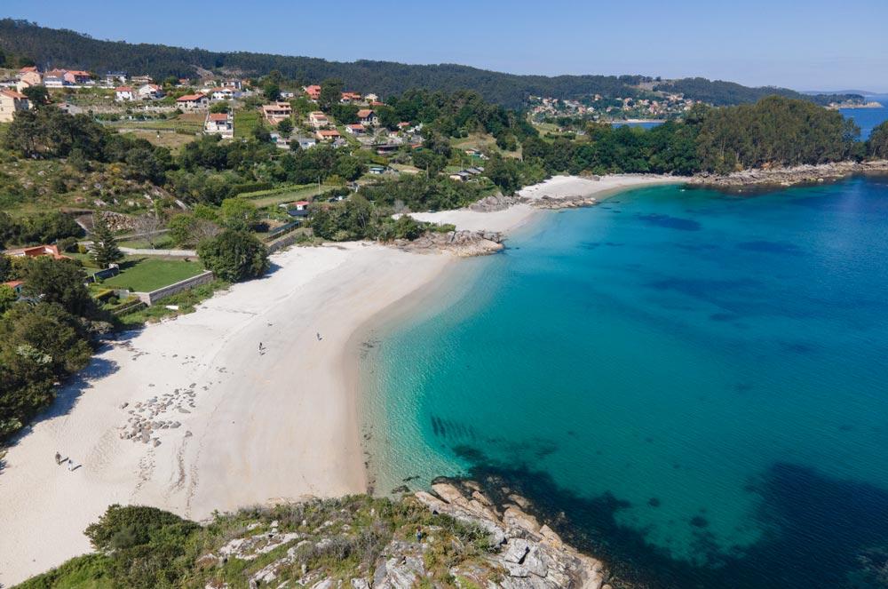 Tres playas consecutivas unidas por rocas. Aguas cristalinas y turquesas, día soleado. 12 playas de Cangas do Morrazo. El caribe gallego