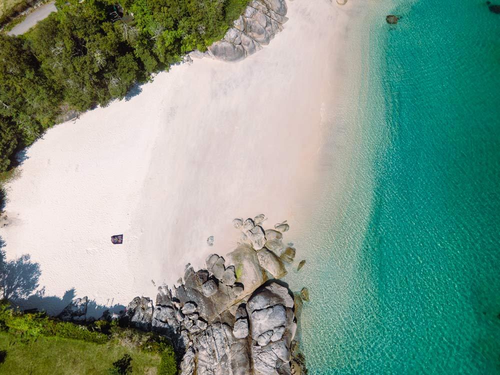 Vista aérea de una pequeña cala de arena blanca de aguas cristalinas. 12 playas de Cangas do Morrazo. El caribe gallego
