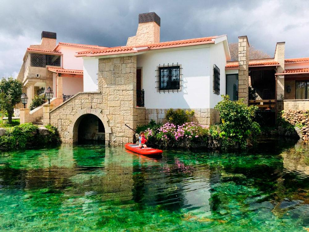 Casa rural con un lago natural increíble. 10 casas rurales en Pontevedra con mucho encanto