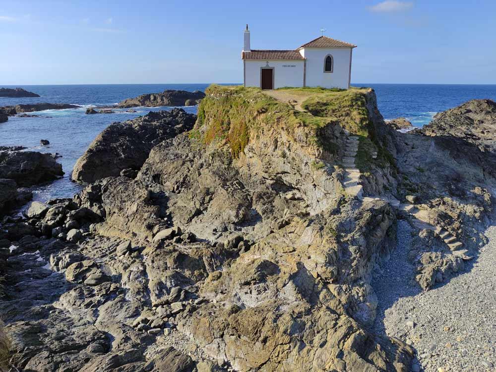 Ermita en una roca que forma un pequeño islote en el mar. 5 maravillosas Playas de Valdoviño. Perder el Rumbo