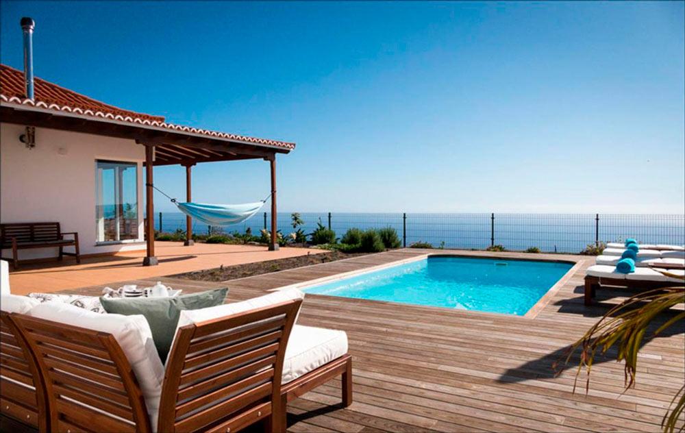 Parte exterior de una casa rural con piscina, hamacas y vistas al mar. 10 fantásticas casas rurales en La Palma. Perder el Rumbo