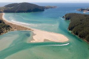 Vista aérea de una playa con una enorme lengua de arena y el mar azul turquesa. 5 maravillosas Playas de Valdoviño. Perder el Rumbo