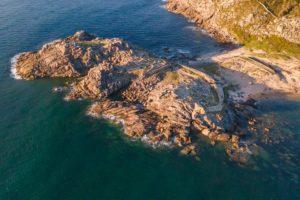 Vista aérea del Castro de Baroña donde se ve la península donde se sitúa y el istmo. Castro de Baroña. Cultura castrexa en el paraíso. Perder el Rumbo